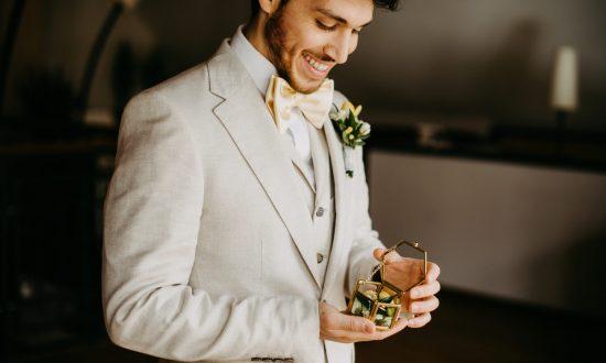 Getting Ready Bräutigam, Hochzeit, Hosenträger Bräutigam, Anstecker, Fliege @audele_potography